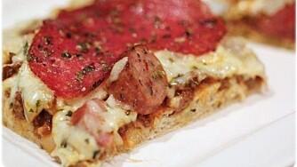 HJEMMELAGET PIZZA: Kristine Weber med pizzabunn laget med blant annet speltmel, bakeprotein, sesammel og fiberfin.