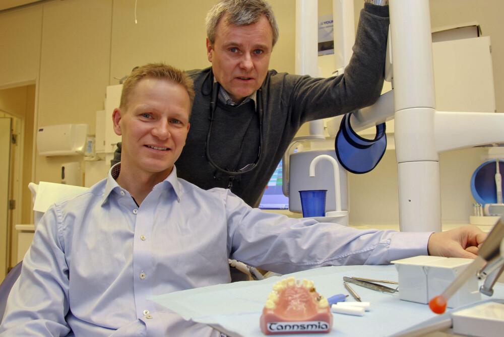 SPESIALIST: Tor-Eirik Holt og tannlege med spesialkompetanse i implantatprotetikk Rune Normann (t.h.). Begge er opptatt av å få frem at stadig mer av tannhelsen vår dekkes av staten. Foto: Per Torbjørn Jystad