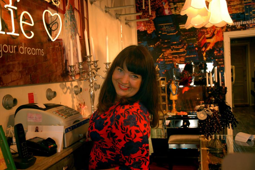 Til daglig er det her Fay står, i butikken sin i Sandvika. Her selger hun alt det hun elsker og forbinder med å være kvinnelig: Silkehansker, kjoler, smykker, bøker, diverse nips, og eksklusivt undertøy.