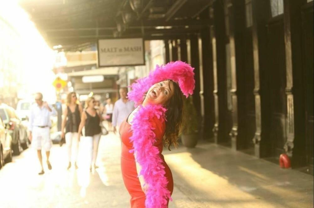 - Kvinne, forelsk deg i deg selv!, er et av Fays viktigste bud. Den rosa boaen er med overalt. Også til New York. Foto: Privat