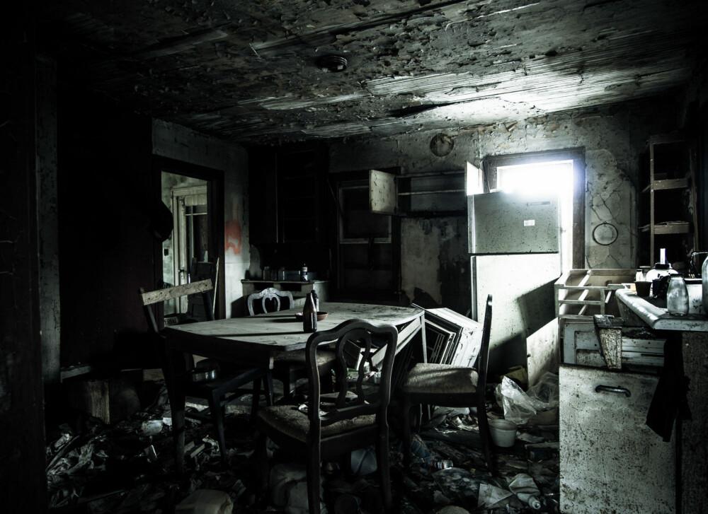 Et ødelagt kjøkken i et hus kalt Safety Brick.