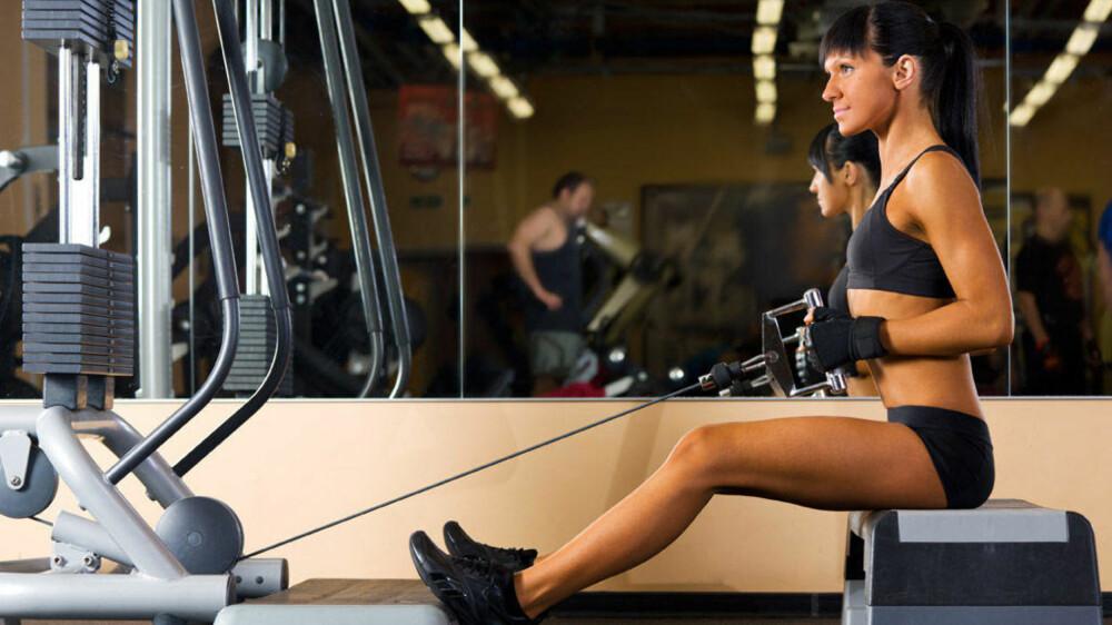 TRENING MED VEKTER: Styrketrening er en av de beste måtene å øke muskelmassen på, og ulike stykeøvelser kan være med på å øke hvilkeforbrenningen.