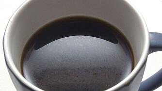 KAFFE: En kopp svart kaffe kan få deg til å kvikne opp, noe som også kan bidra til at du får mer energi og slik presterer bedre.