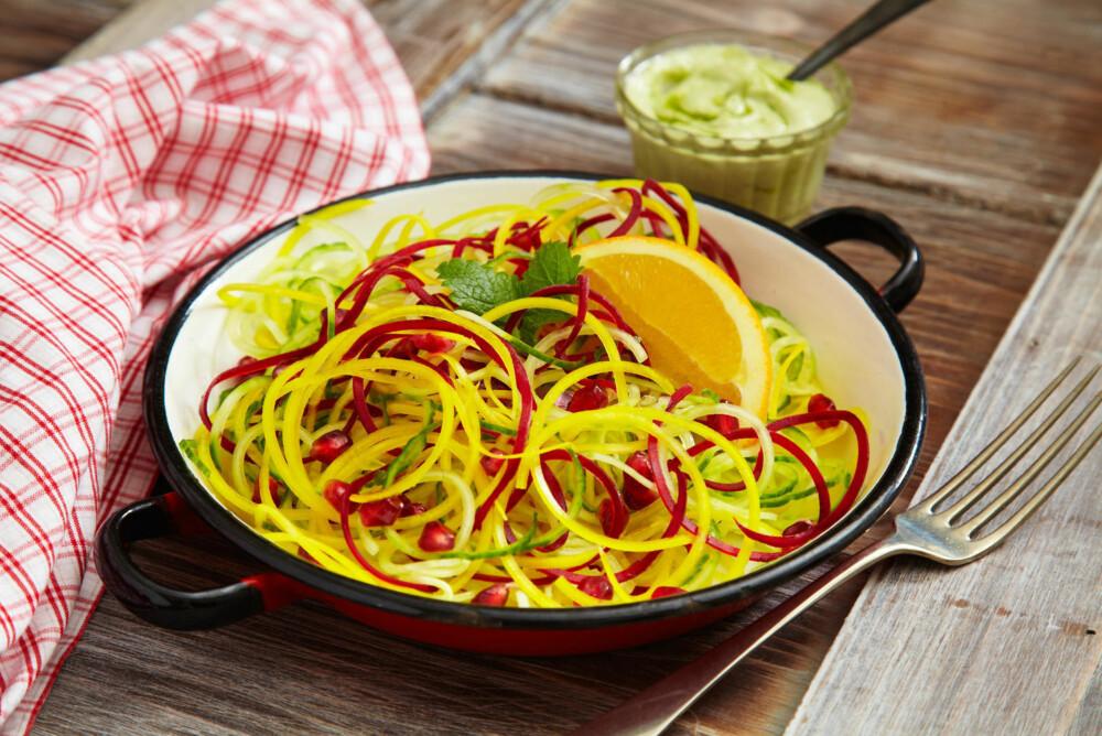 GRØNNSAKSSPAGETTI: Bland inn strimler av squash og andre grønnsaker i pastarettene.