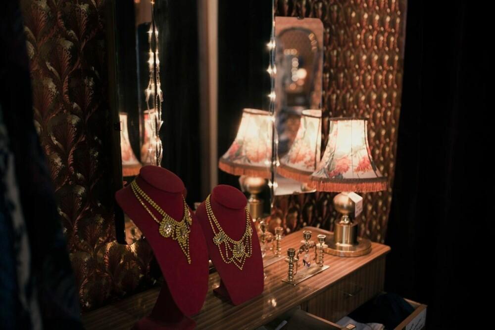 Vakre smykker på vakker utstilling.