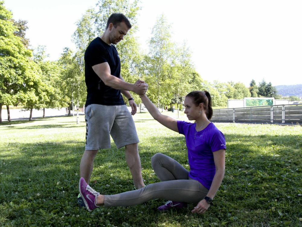 TRENINGSRÅD: Vi fikk tips fra personlig trener om hvilke parøvelser man kan trene utendørs i sommer. Her demonstrerer Side2s journalist og PT Morgan Moen øvelsen «pistol squat».