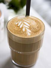 KALORIBOMBE? Ja, hvis du putter masse sukker og sjokoladesaus i kaffen så blir det fort en del ekstrakalorier. Men en kaffe latte bestående av lettmelk og kaffe ligger på rundt 125 kilokalorier og kan helt klart være et næringsrikt, lite mellommåltid.