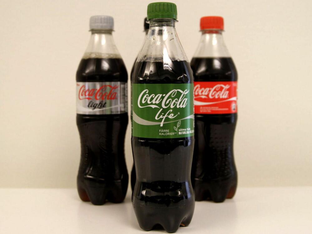 f49a89d9 COCA COLA LIFE er søtet med stevia og inneholder færre kilokalorier  sammenlignet med vanlig Cola.
