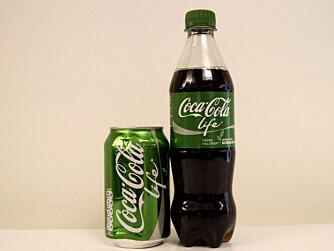 FÆRRE KILOKALORIER: Coca-Cola Life inneholder 27 kcal per 100 ml. Vanlig Coca-Cola inneholder 42 kcal per 100 ml.