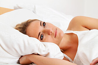 LYS VÅKEN? Å tenke på yogateknikker kan hjelpe deg med å slappe av og slik lettere sovne om kvelden.