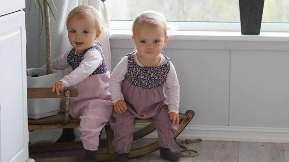 Tvillingene Otilie og Olivia i hjemmesydde buksedresser.