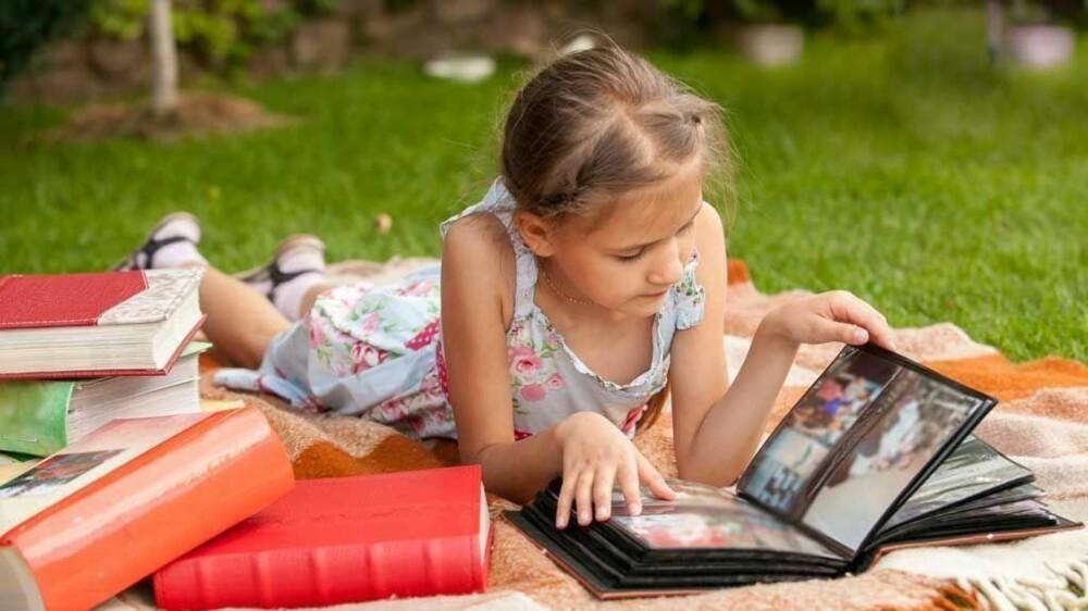 SE PÅ SEG SELV: De fleste barn liker å se på bilder av seg selv. La barna bla i album og sitt gjerne sammen med barna og fortell litt om bildene.
