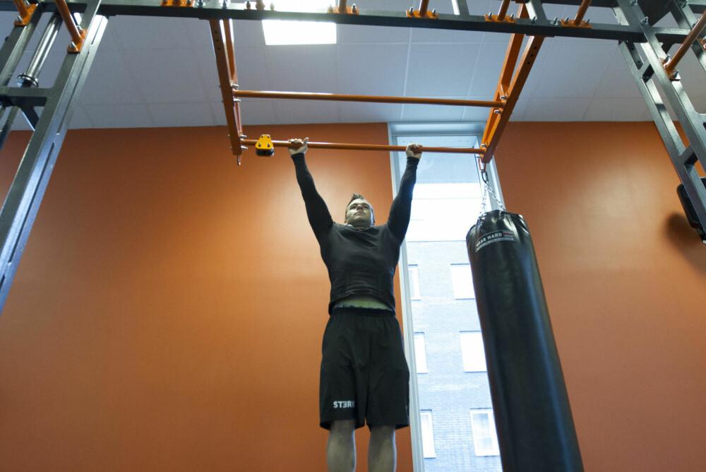 Bare det å henge i stanga mens du strammer muskulaturen er god trening.