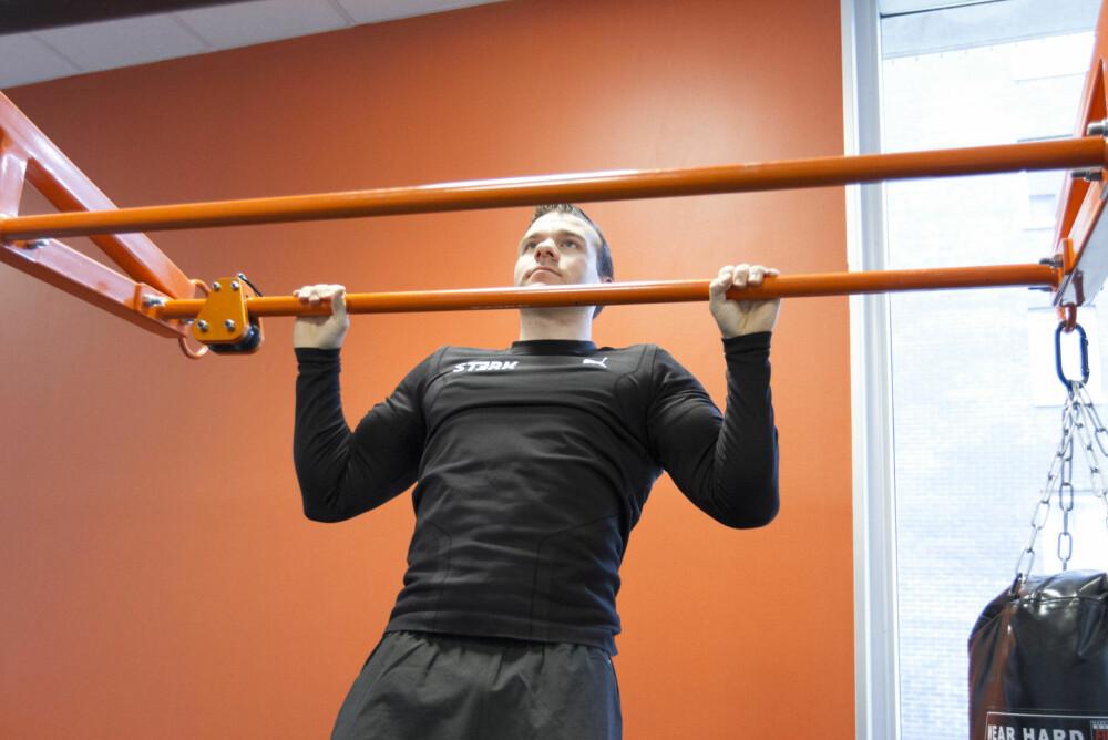 Når du trekker deg opp er det viktig å stramme hele kroppen, i tillegg til å få skuldebladene sammen.