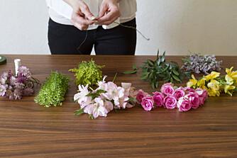 Kutt og rens alle blomstrene før du starter, så kan du jobbe mer organisert.