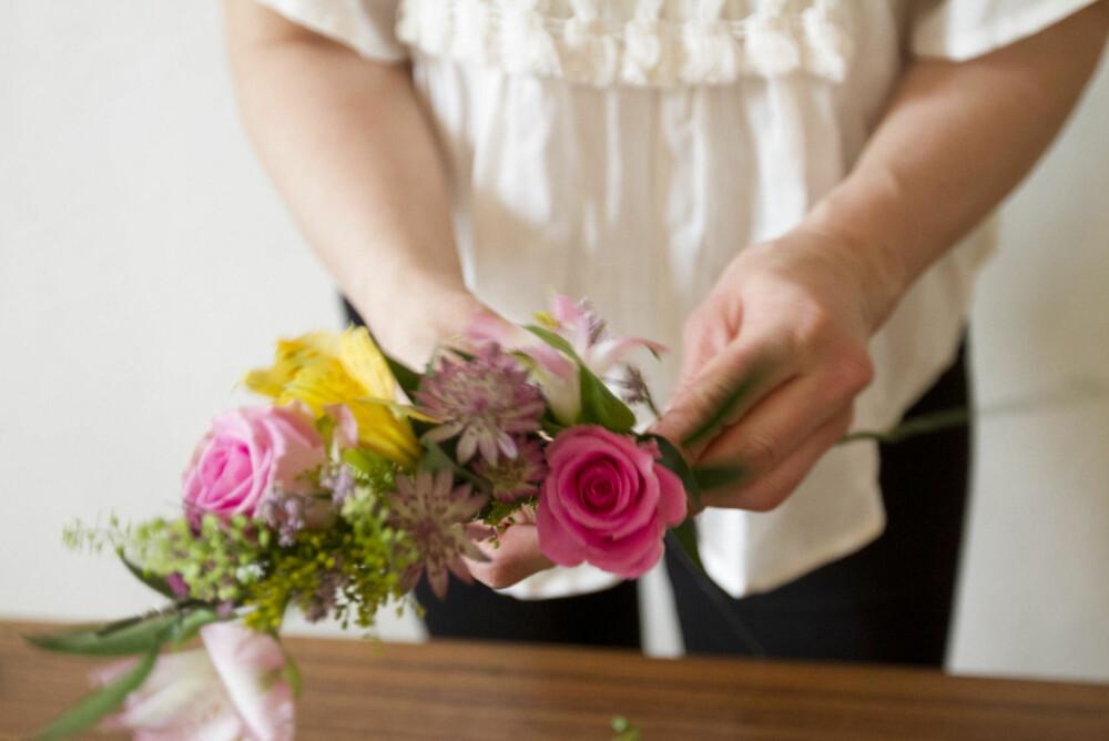 Pass på at du legger blomstrene slik at de ikke ligger i en rett linje, om du ønsker å gjenskape en mer naturlig stil.