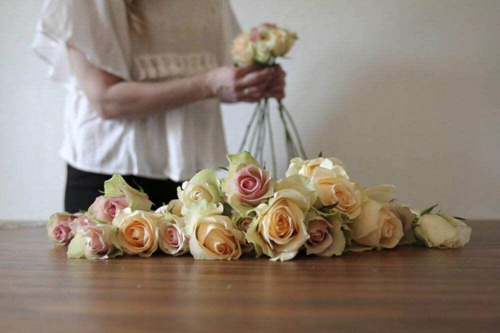 Rens alle rosene helt fri for blader og stilker før du starter.