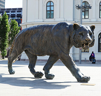 Tigeren på Jernbanetorget illustrerer at Oslo kalles Tigerstaden.
