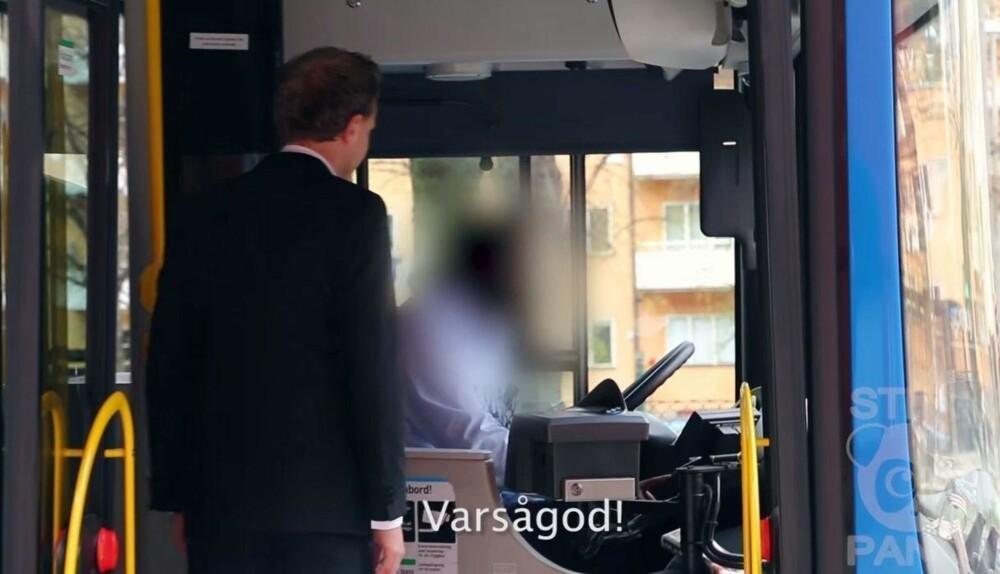 INGEN PROBLEM: DEt var ikke vanskelig for Olle å komme seg med bussen uten penger da han hadde på seg dress. Foto: Youtube / Screengrab