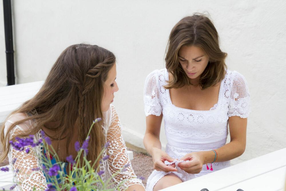 BLOMSTER: Jenny viser hvordan man kan rynke sammen stoff til å lage blomster og andre detaljer.