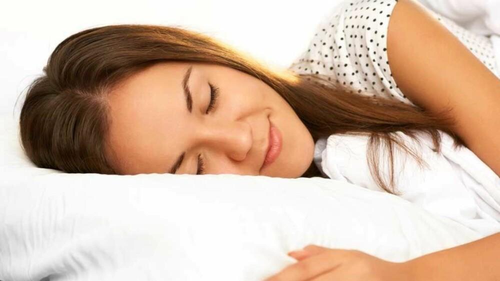 PUSTETEKNIKK: Å fokusere på pusten over 3-15 minutter før sengetid, med lukkede øyne kan gjøre at søvnen kommer fortere.