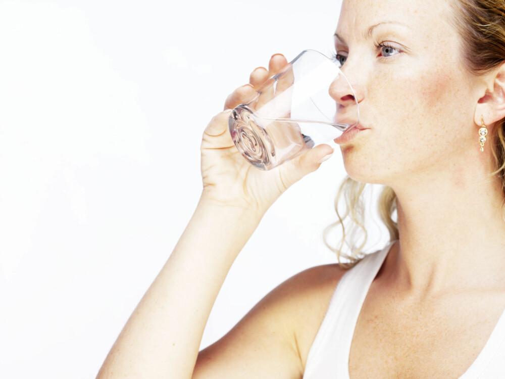 MYTE: Flaskevannprodusentene tjener på at vi tror vi må drikke så mye vann, mener forsker og professor Aaron E. Carroll.