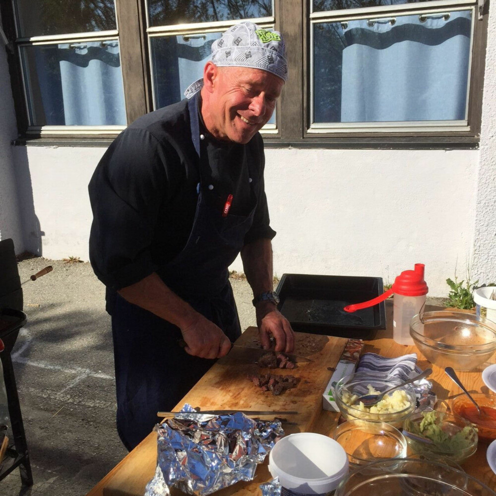 Erik Lindstrøm har tidligere jobbet som kokk på flere restauranter. Han liker å lage mat fra hele verden.