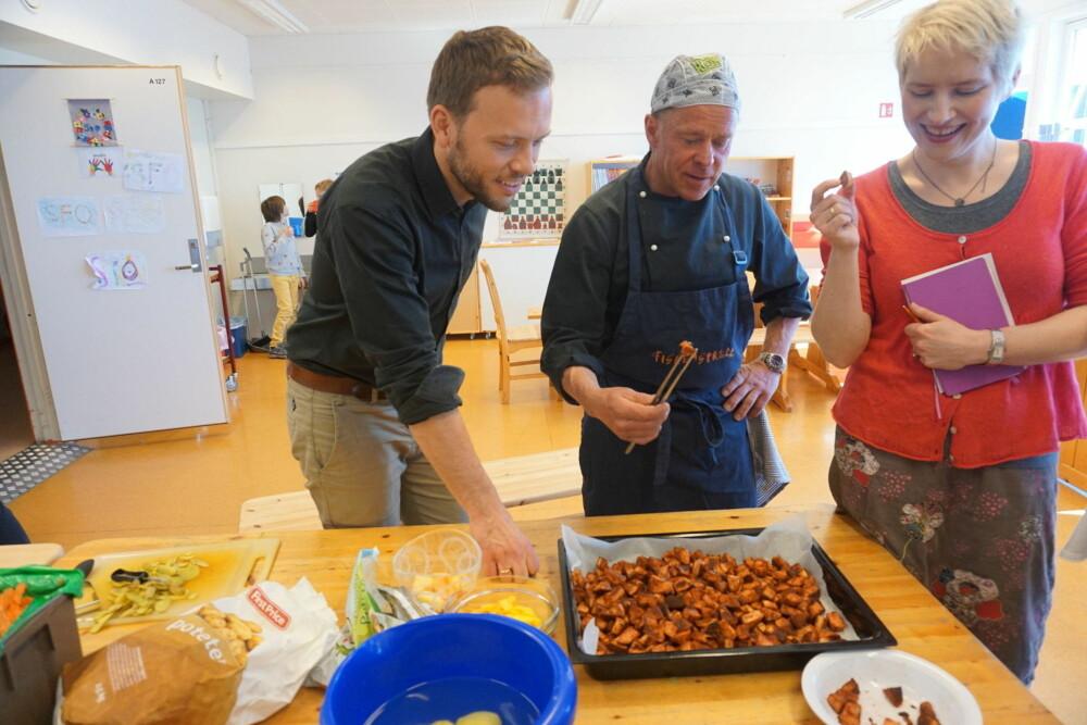 Kokk Erik Lindstrøm fikk tidligere i år besøk av SV-leder Audun Lysbakken og Ingrid Marie Kielland. De fikk smake på skolematen han lager til ungene på Selnes skole, som den dagen var tacopudding.