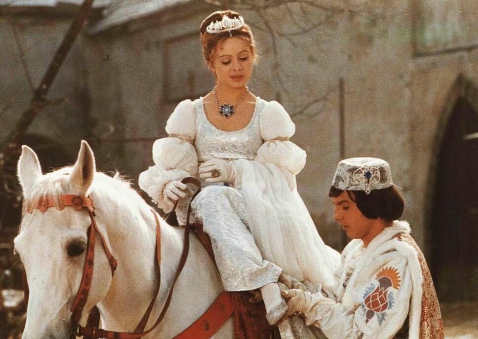 IKONISK: Libuse Safrankova (Askepott) og Pavel Travnicek (prinsen) i «Tre nøtter til Askepott».