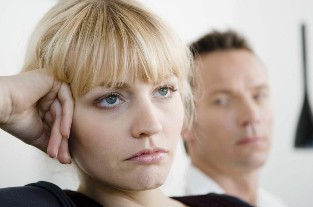 ER DET NOE DU VIL SNAKKE OM? spør han. Nei, svarer hun i stillhet uten å vende blikket mot ham. Høres det kjent ut?