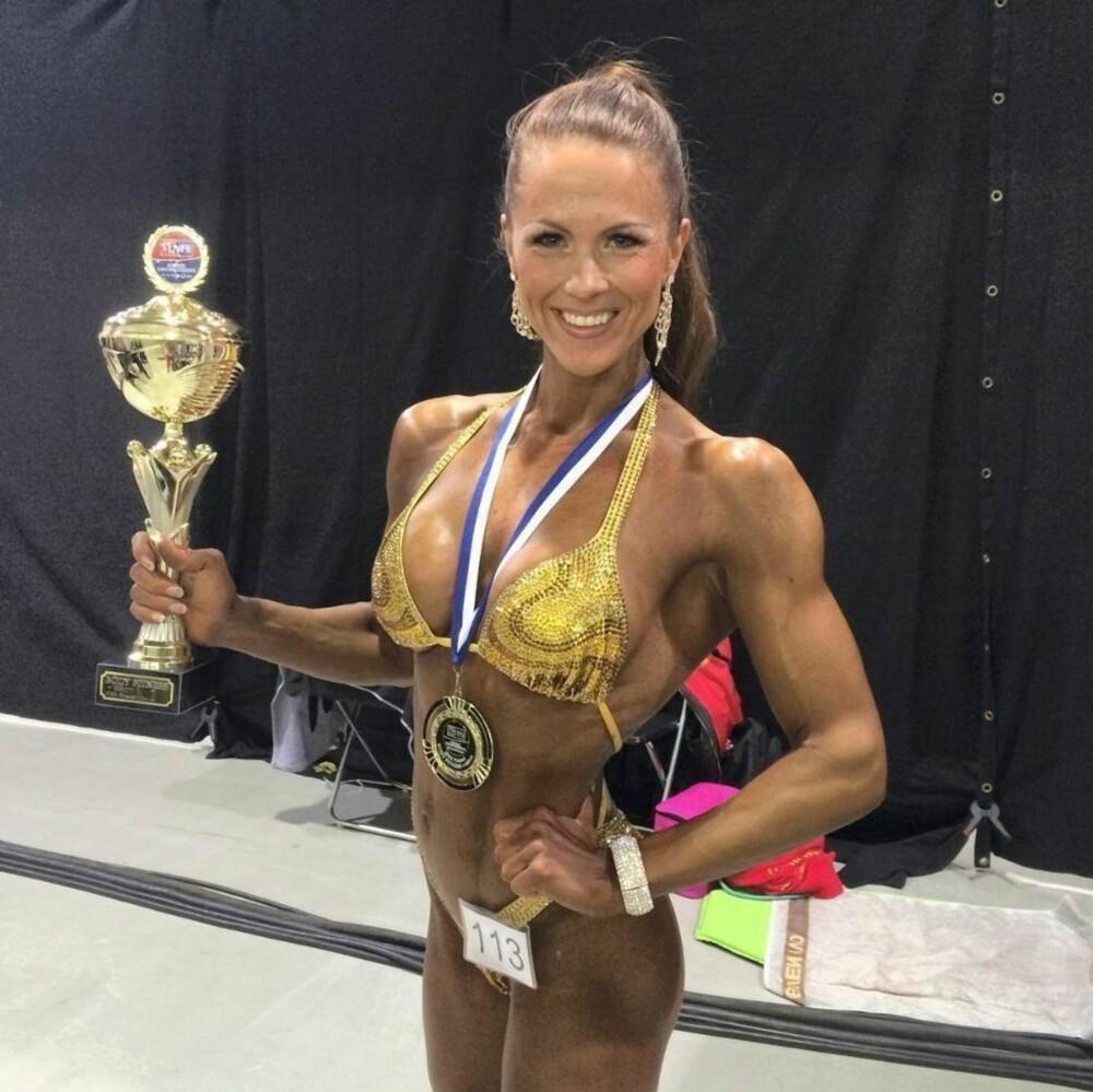 NORDISK MESTER: - Det er utrolig viktig å huske på at slik vi ser ut på konkurransedagen ikke er sånn vi går rundt til daglig, sier nordisk mester i Fitness, Jeanette Dalseghagen.