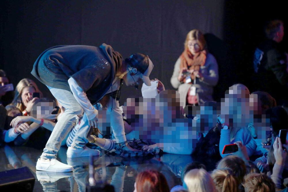 Publikummere helt forran scenen tok tak i håndkleet som Justin Bieber forsøkte å tørke opp vannet med. Da kokte det over for superstjernen.