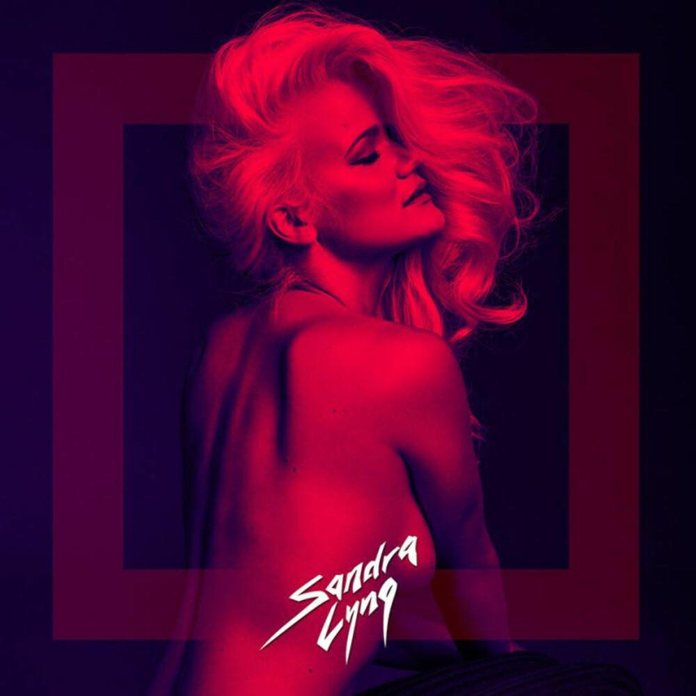 TOPPLØS: Sandra Lyng er stolt av coverbildet til sin nye singel, der hun viser fram litt av brystet hun opererte for to år siden.