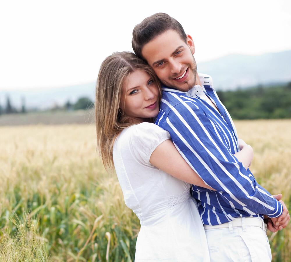 BRYR SEG OM HVERANDRE: Lykkelig par prioriterer gode samtaler, nærhet og feirer hverandres suksess.