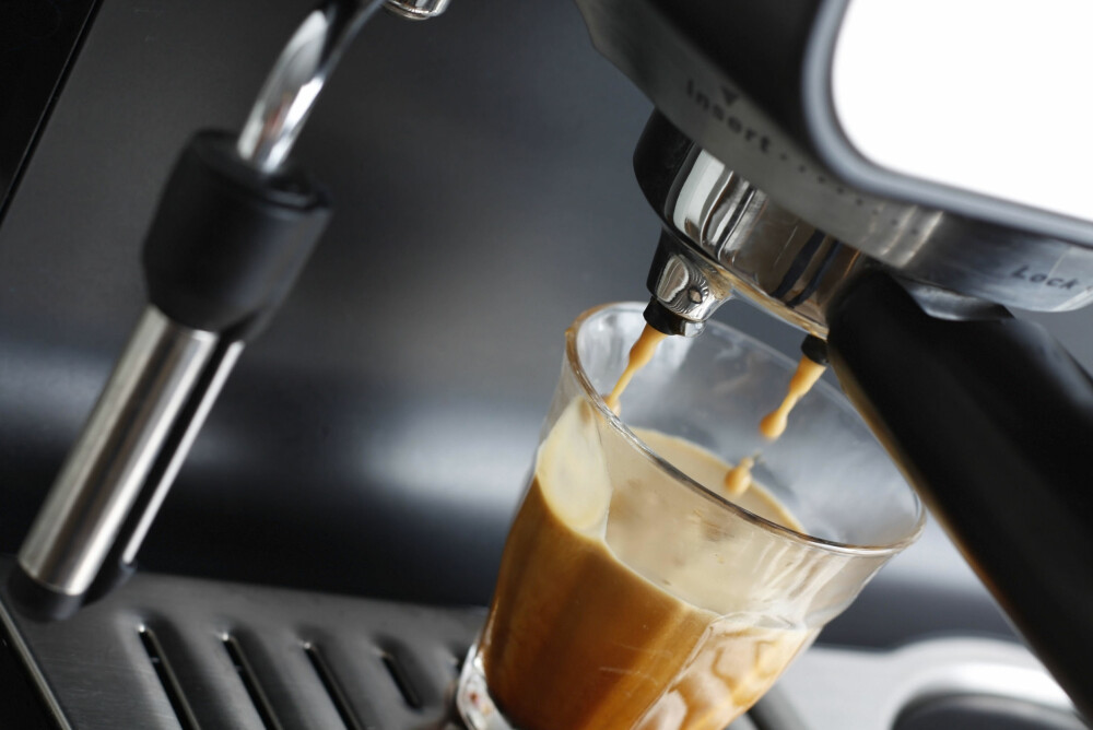 KAFFE: Drikker du kapselkaffe? Maskinen er mest sannsynlig full av bakterier, så det anbefales at du vasker den ofte.
