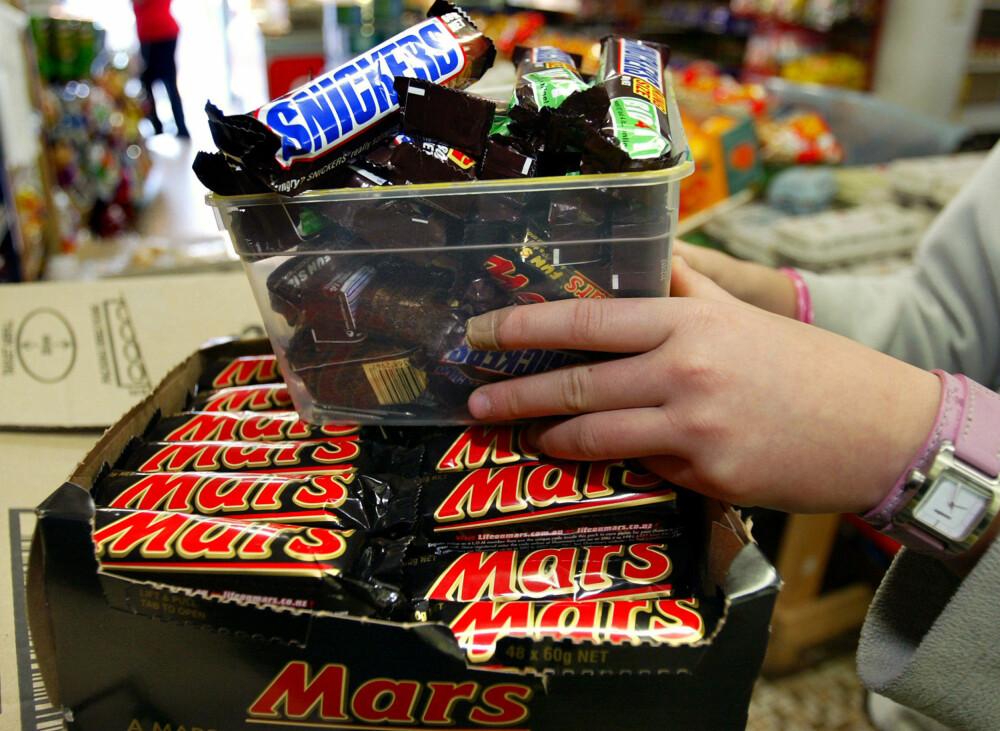 BORT MED MARS OG SNICKERS: Det er funnet en plastbit i en sjokolade i Tyskland og derfor tilbakekaller produsenten nå flere millioner sjokoladebarer.