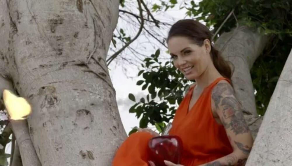 Triana ønsker velkommen fra toppen av et tre.