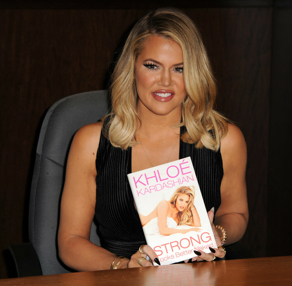 Khloe Kardashian under lanseringen av sin egen bok Strong looks better naked i november.