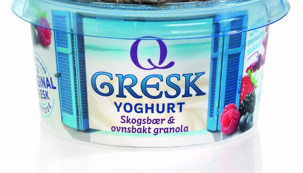 GRESK YOGHURT med granolatopping og skogsbærsaus.