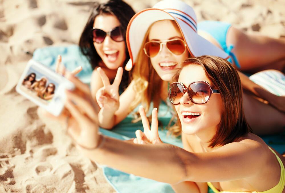 MOBIL: Mange velger heller klå på mobilen enn på partneren - vi kan bare gjette oss til hvor kjærestene til disse tre jentene befinner seg.