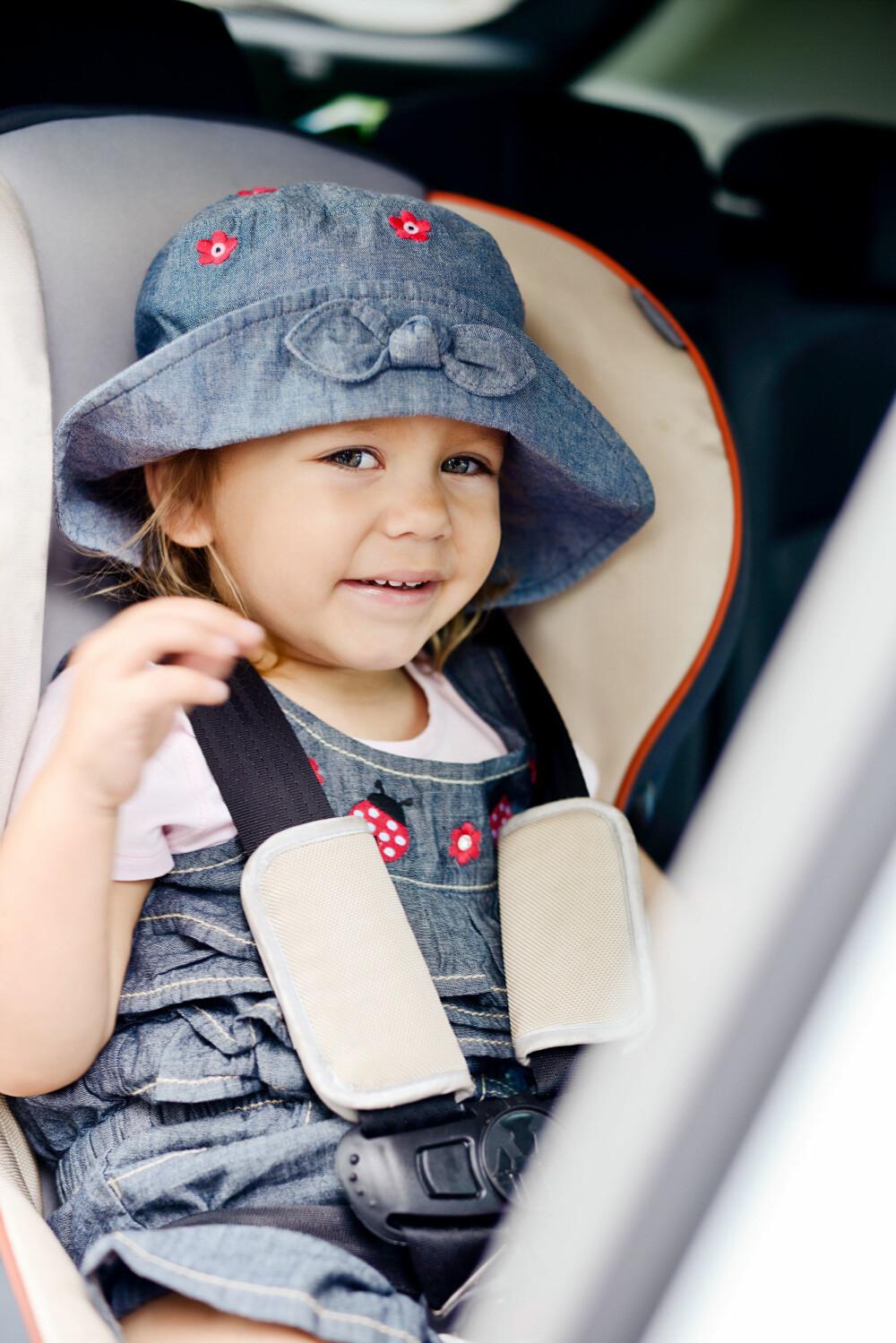 RIKTIG SPENT FAST: I utlandet mangler både bilseter og setebelter. Men mange foreldre velger å ta sjansen likevel.