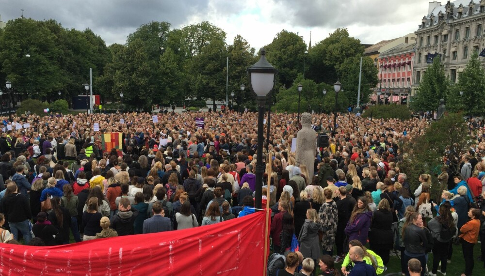 STORE PROTESTER: Tusenvis i demonstrasjon for Andrea Voll Voldum etter at tre menn ble frikjent for voldtekt. Demonstrasjonen ble holdt på Eidsvolls plass utenfor Stortinget i Oslo.