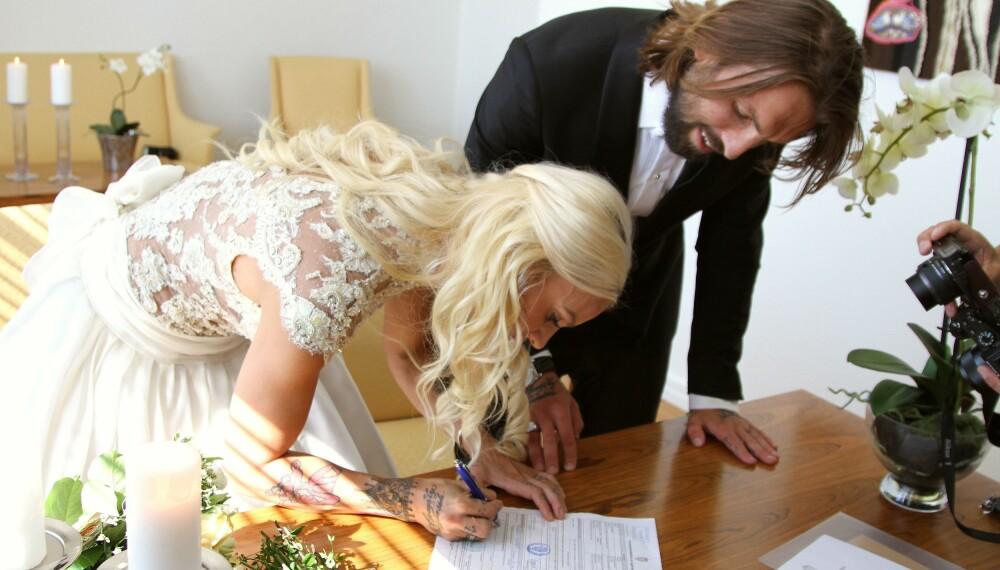 TRYKK FOR STØRRE BILDE. Her signerer det ferske ekteparet på papirene som gjør dem til rette ektefeller.