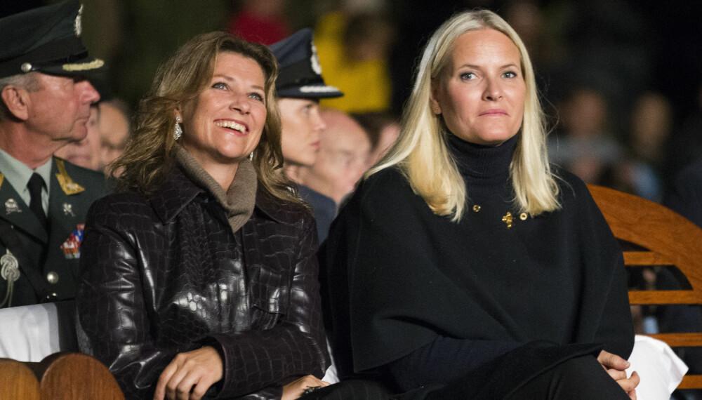 STRÅLTE: Prinsesse Märtha Louise og kronprinsesse Mette-Marit så ut til å trives under førpremiere på «Kongens Nei». Gratisfilmen ble vist i Dronningparken onsdag.