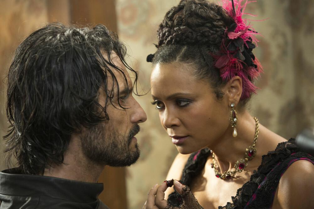 SUKSESSERIEN: Rodrigo Santoro og Thandie Newton i utfordrende scene i episode 4 av Westworld.