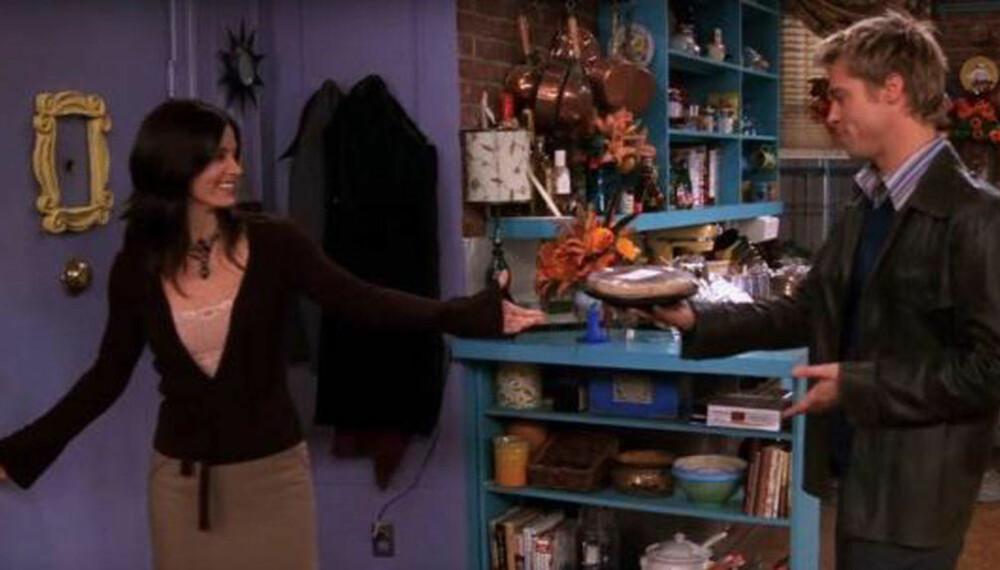 MMM, PAI: her overrekkes paien - som senere forsvinner uforklarlig. Typisk Friends-blooper.