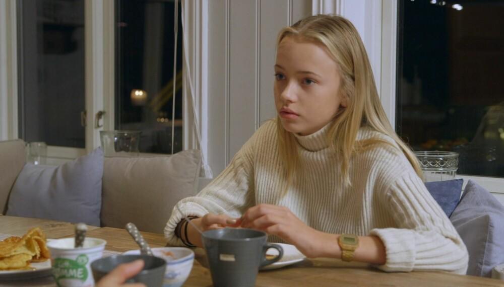 """Emma er med i andre sesong av """"Født i feil kropp"""". Her fra kjøkkenbordet hjemme hvor hun snakker med moren sin."""