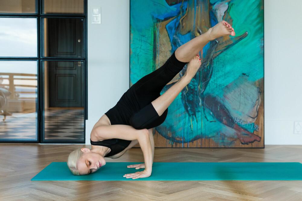 Tine Monsen trener yoga fem ganger i uka med instruktør, men trener også hjemme - som her.