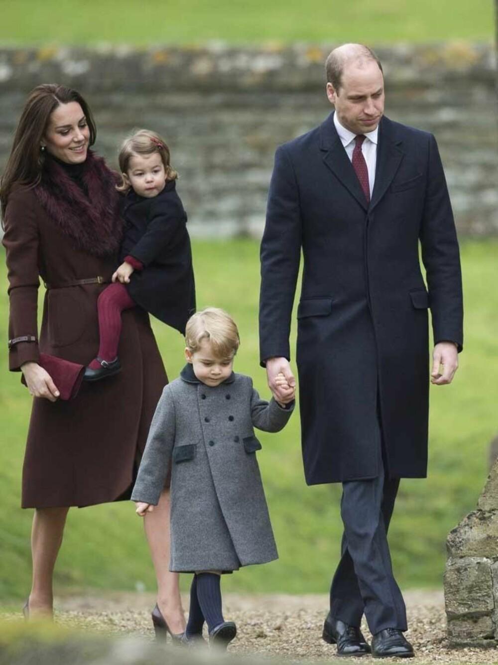 Familien på fire på vei til kirken første juledag i 2016.