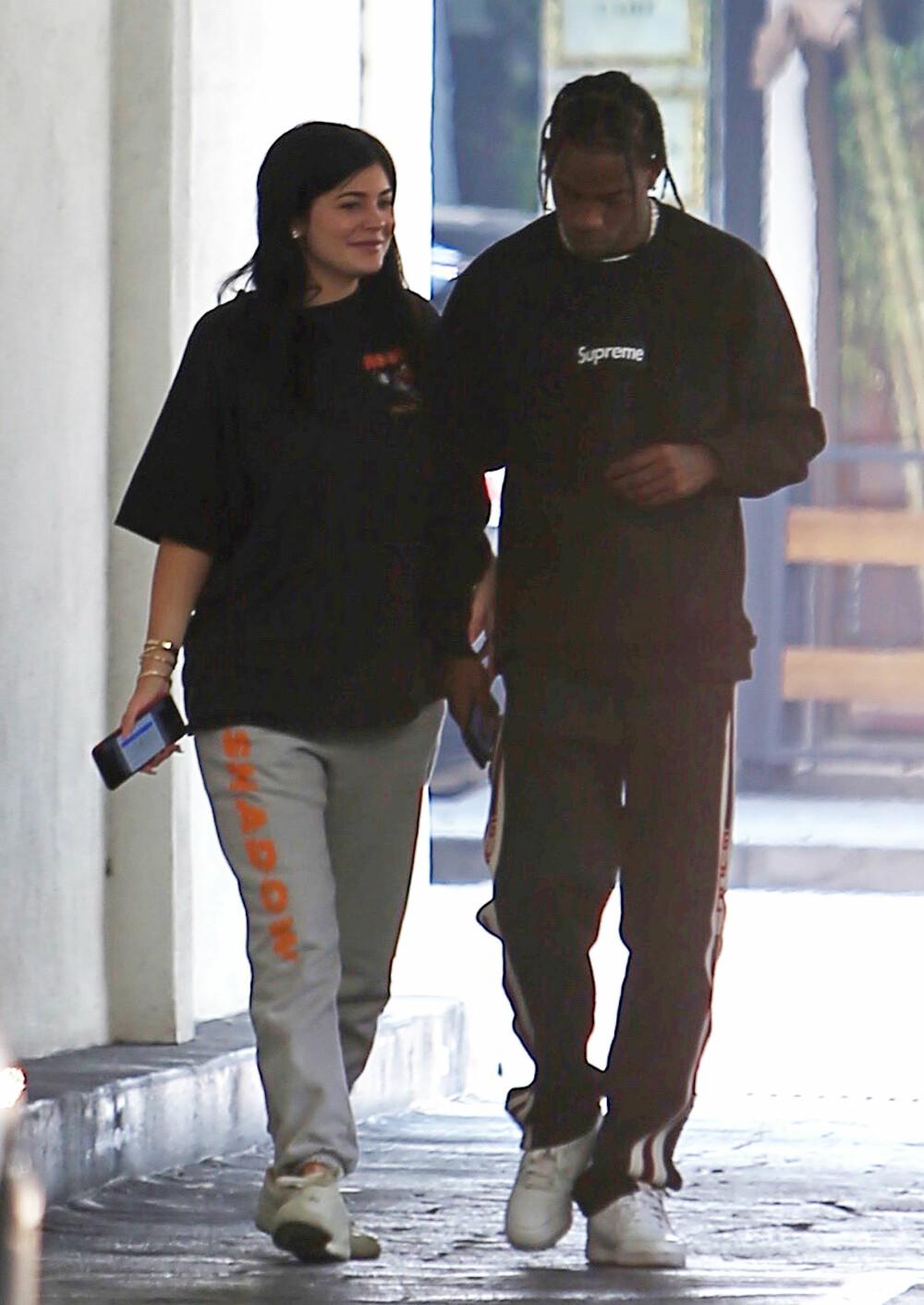 Kylie Jenner og Travis Scott på sykehus i høst da Kylie var gravid, men ikke hadde hverken bekreftet eller avkreftet ryktene som svirret.